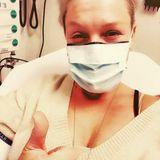 """20. Dezember 2020  Pink hat in diesem """"bescheidenen Jahr"""" wirklich nichts ausgelassen: Zur Covid-Infektion, genähten Stichen an der Hand, nachdem sie ein Glas zerbrochen hatte, einer Staphylokokken-Infektion und einem gebrochenen Knöchel gesellt sich jetzt auch noch eine Salmonellen-Vergiftung. Ihren Humor scheint sie dabei trotzdem nicht verloren zu haben und teilt ein """"Daumen hoch""""-Selfie aus dem Krankenhaus."""