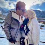 20. Dezember 2020  Was kann es Schöneres geben als Liebesglück und Winterzauber?! Rebel Wilson und ihr Freund Jacob Busch genießen ihren Winterurlaub in Aspen mit süßen Küssen im Schnee.