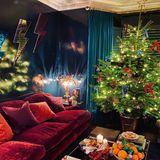 Weihnachten meets Disco: Im Haus von Brit-Model Poppy Delevingne geht es auch in der besinnlichen Jahreszeit farbenfroh und fröhlich zu. Gemixt mit ein paar coolen Wohnaccessoires entsteht daraus ein ganz eigener, eklektischer Look.