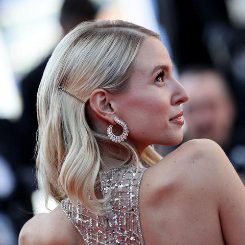 Silvester-Frisuren: Bloggerin Leonie Hanne trägt ihre Haare gewellt und zur Seite gesteckt