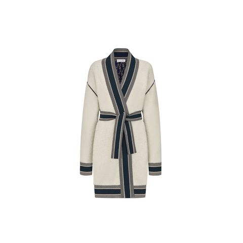 Wandelbar: Dieser wendbare Cardigan kommt in zwei ganz unterschiedlichen Looks daher. Die eine Seite besticht durch schlichte Eleganz in Ecru mit kontrastreichen Bündchen, die andere Seite setzt im marineblauen Dior Oblique Muster ein echtes Statement. Von Dior, ca. 2.950 Euro.
