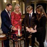 Und in der Schlosskapelle entzündet die Kronprinzenfamilie noch ganz feierlich ein paar Kerzen.