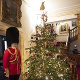 Über Bildschirme werden die Kinder und ihre Eltern in das Londoner Privatgemach von Charles und Camilla geschaltet. Mithilfe der Herzogin verschönern sie den Weihnachtsbaum, der am Ende kunterbunt strahlt. Doch Camilla hat noch eine süße Überraschung parat: Sie schickt den Kids mit einer Kutsche selbstgepackte Geschenktüten.