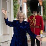 21. Dezember 2020  Jedes Jahr lädt Herzogin Camilla unheilbarkranke Kinder ein, um mit ihnen den Weihnachtsbaum im Clarence House zu schmücken. Aufgrund der Coronapandemie können die Kleinen 2020 nicht persönlich vor Ort sein. Camilla strahlt dennoch und lässt die tolle Aktion einfach virtuell stattfinden.