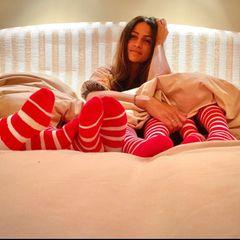 """21. Dezember 2020  Gleich vier rot-weiße Ringelsockenpaare schauen unter Camila Alves Bettdecke hervor. Veranstalten die McConaugheys etwa eine vorweihnachtliche Pyjama-Party? Camilas Hashtag """"die Familie zusammenhalten"""" würde dazu passen. Doch der Instagram-Post hat einen ernsten Hintergrund. Damit will die Zweifach-Mutter auf eine Organisation aufmerksam machen, die Familien mit schwerkranken Kindern hilft."""