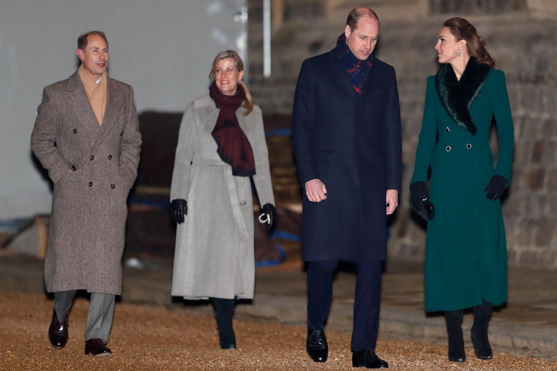 Prinz Edward, Gräfin Sophie, Prinz William und Herzogin Catherine sind am 8. Dezember auf dem Weg zu einem offiziellen Photocall mit der Queen vor Schloss Windsor. Einige Tage später, am 20. Dezember, treffen die beiden Paare erneut aufeinander – doch das unter ungünstigen Bedingungen.