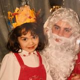 """Rita Ora  Mit Krone auf dem Kopf wirft sie einen charmanten Blick in Richtung Kamera. Ob """"Baby Rita"""", wie sie ein Instagram-User liebevoll nennt, auch brav gewesen ist und Geschenke vom Weihnachtsmann bekommen hat? Mit Sicherheit, wer kann schon diesem niedlichen Augenaufschlag widerstehen."""