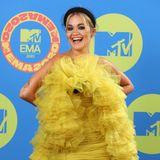 """Heute trägt der britische Popstar zwar kein Krönchen mehr auf dem Kopf, ist aber dennoch eine Queen - und zwar die der auffälligen Outfits. Mit ihren ausgefallenen Styles (wie hier bei den """"European Music Awards 2020"""") steht Rita Ora auf dem roten Teppich oft im Mittelpunkt."""