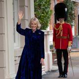 Beim wohltätigen Dekorieren des Weihnachtsbaumes im Clarence House zeigt sich Herzogin Camilla betont festlich: Im blauen Samtkleid und mit kniehohen Stiefeln empfängt sie Kinder, die ihr beim Schmücken helfen.
