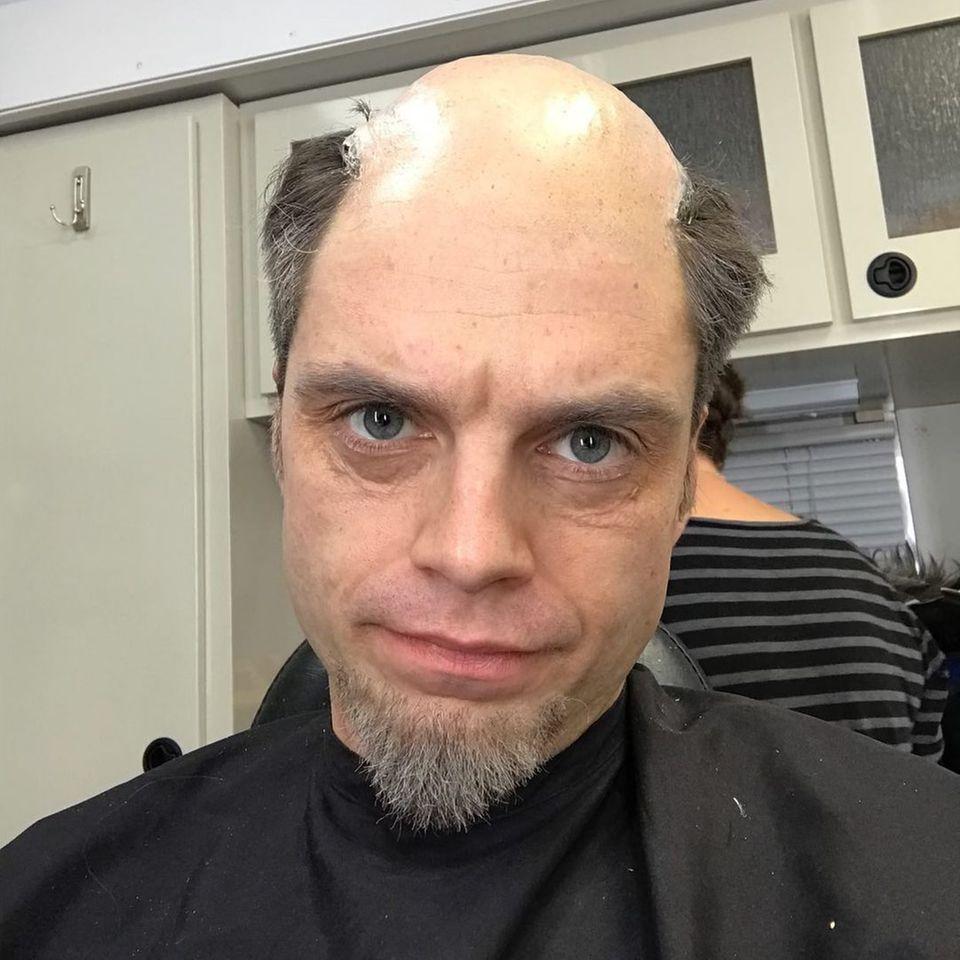 Um Jahre gealtert sieht Sebastian Stan in der Maske aus. Und besonders glücklich scheint der Marvel-Star nicht zu sein über diesen kleinen Ausblick in die Zukunft. Für welchen Film er diesen Look trägt, hat er allerdings nicht verraten.