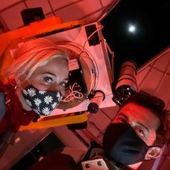 21. Dezember 2020  Zwei Sternengucker unterwegs: Katy Perry und Orlando Bloom besehen sich die große Konjunktion von Jupiter und Saturn durchs Teleskop, vermutlich im Griffith-Observatorium in Los Angeles. Und wie das Himmelsspektakel aussah, zeigt Orlando auch ...