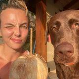 """Jodi Comer und ihr Hund sind vor dem Winter geflüchtet und lassen sich lieber die heiße Urlaubssonne ins Gesicht scheinen. Der obligatorische Cocktail steht auch schon bereit. Ob ihr tierischer Begleiter auch mal am Strohhalm ziehen darf? Wohl eher nicht. Dafür teilt die """"Killing Eve""""-Schauspielerin das Essen mit ihrem """"besten Freund"""", wie sie auf Instagram schreibt."""