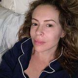 """An ihrem 48. Geburtstag postet die Schauspielerin dieses Selfie auf ihrem Instagram-Account – ohne Make-up, ohne Filter.Dazu schreibt sie: """"Das ist 48. Kein Filter. Kein Make-up. Nur meine Haut, in der ich mich super wohl fühle. Mein Körper macht Knack-Geräusche, wenn ich gehe. Meine Tochter fragt mich, warum mein Po so wabbelig ist. Manchmal vergesse ich Dinge.[...] Aber alles in allem bin ich dankbar für dieses Leben."""" Auch, wenn sie sich so fühlen mag, ansehen tut man es ihr definitiv nicht!"""