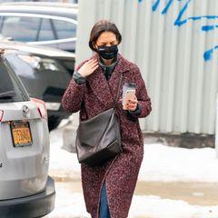 Das New Yorker Wetter mit Schneematsch macht zur Zeit wirklich keinen Spaß – aber zumindest bleibt Katie Holmes mitihrem Mantel von Ulla Jonson und den Boots von Sorel warm und trocken.