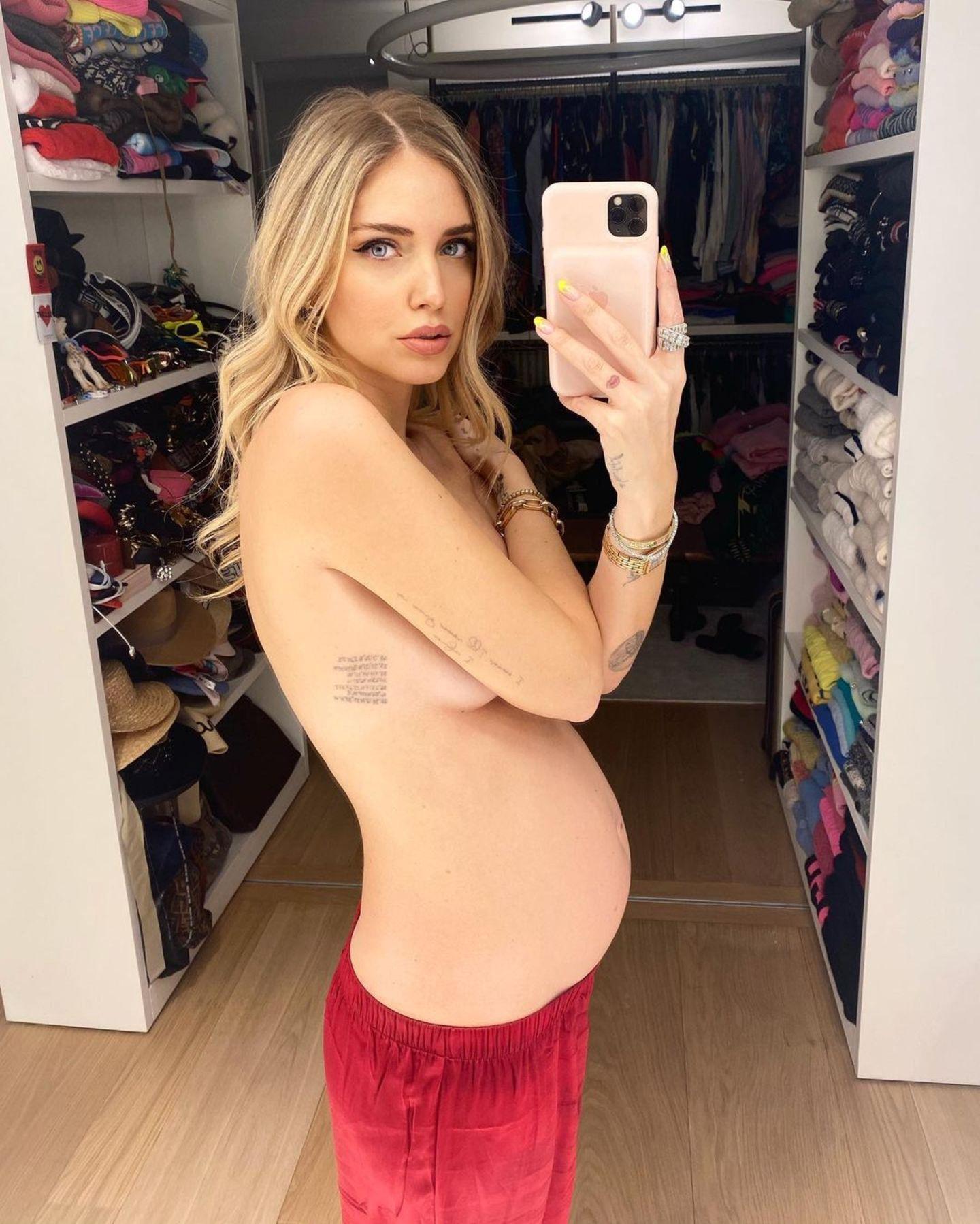 Auf diesem Bild gibt es viel zu sehen: Jede Menge nackte Haut, ein voller Kleiderschrank – und natürlich der Babybauch von Chiara Ferragni, den sie mit einem Halbnackt-Selfie in Szene setzt.