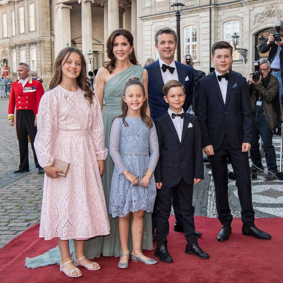 Prinzessin Isabella, Prinzessin Mary, Prinzessin Josephine, Prinz Vincent, Prinz Frederik und Prinz Christian vor Schloss Amalienborg