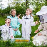 20. Mai 2020  Hmmm, ist das köstlich! Am Tag der Bienen werden Prinz Oscar, Prinzessin Estelle und Mama Victoria (rechts im Bild) zu Imkern - und dürfen vom süßen Honig naschen.
