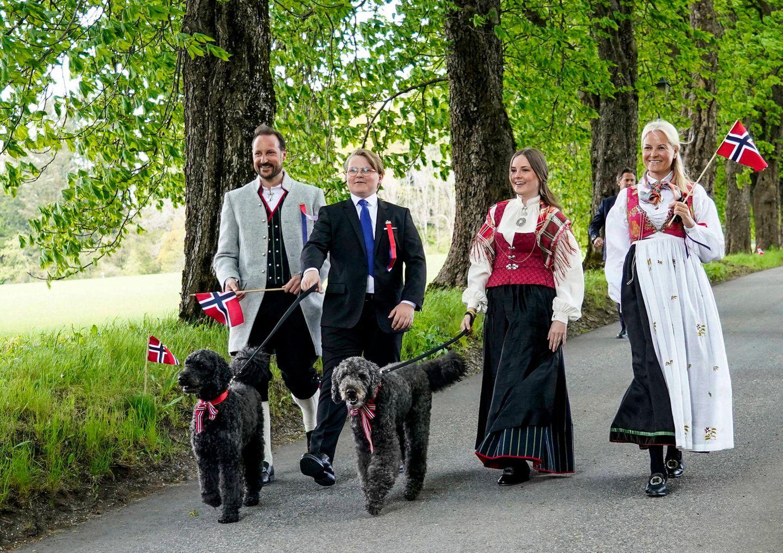 17. Mai 2020  Prinz Sverre Magnus und Prinzessin Ingrid Alexandra spazieren mit ihren Eltern und den zwei süßen Hunden Milly Kakao und Muffins am norwegischen Nationalfeiertag durch Asker - ein westlicher Vorort von Oslo.