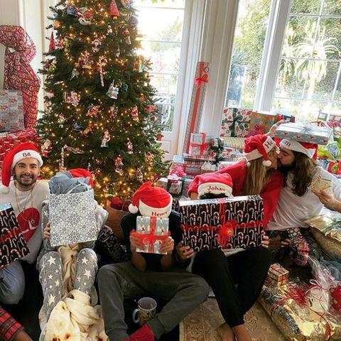 Der Klum-Kaulitz-Clan grüßt mit diesem festlichen Foto.