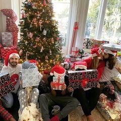 """22. Dezember 2020  Das Heim ist festlich geschmückt, ein Meer an Geschenken liegt bereit: Heidi Klum und ihre Familie können das Weihnachtsfest wohl kaum abwarten. Das Model, Ehemann Tom Kaulitz, Zwillingsbruder Bill Kaulitz und die Kinder Lou, Leni, Henry und Johan - zu erkennen an den personalisierten Nikolausmützen - haben sich bereits jetzt schon unter dem Weihnachtsbaum versammelt und wünschen mit diesem seltenen Familienbild allen """"frohe Feiertage""""."""