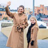 """25. Oktober 2020  """"Wie die Mutter so die Tochter"""": Welches Foto könnte besser auf diesen Spruch zutreffen als das von Prinzessin Victoria und Prinzessin Estelle. Bei der Einweihung einer Schleusenbrücke in Stockholm taucht das fröhlich-strahlende Mama-Tochter-Gespann im süßen Partner-Look auf."""