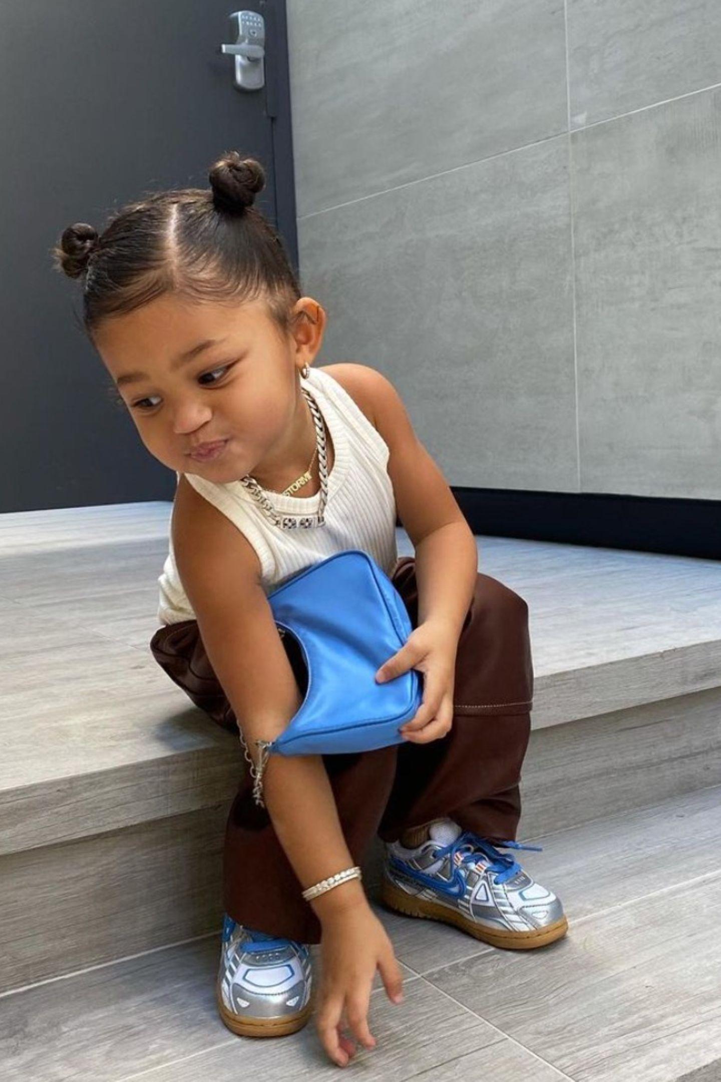 Wenn es ein Kind gibt, dass den Style im Blut hat, dann ist es Stormi Webster. Auf ihrem Instagram-Account teilt Mama Kylie Jenner dieses zuckersüße Foto ihrer Tochter. Darauf trägt Stormi eine braune Lederhose, ein weißes Tank Top und lässige Nike Sneaker.Die blaue Prada Tasche gibt ihrem Luxus-Look den letzten Schliff. Eigentlich gibt esdie Tasche nicht für Kinder, demnach dürfte es sich um eine Maßanfertigung für die kleine Stormi handeln. So oder so, der Look ist einfachniedlich!