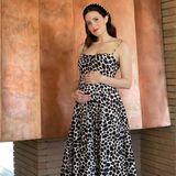 Wie süüüß! Schauspielerin und Sängerin Mandy Moore präsentiert ihre Babykugel im stylischen Maxidress. Den Look rundet sie mit einem elegantenMake-up und einem Glitzer-Haarreif ab. Das Outfit und der bekannte Schwangerschaftsglow stehen ihr ausgezeichnet.