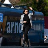Bei einem offiziellen Termin in Georgia zeigt sich die designierte Vizepräsidentin, Kamala Harris, in gewohntem Look: zeitlos und absolut stilsicher. Die Kombi aus schwarzem Rollkragenpullover undschwarzer Hose geht einfach immer. Der graue Karo-Blazer dazu ist ein absolutes Trendpiece.