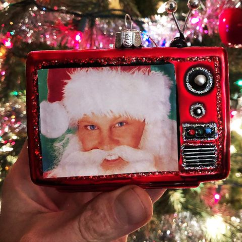 """Schauspieler Ian Ziering beweist mit seiner diesjährigen Weihnachtsdekoration Humor. Er hängt sich nämlich kurzerhand selbst an den Christbaum, mit einem Santa-Foto aus den Tagen seines """"Beverly Hills, 90210""""-Erfolgs."""