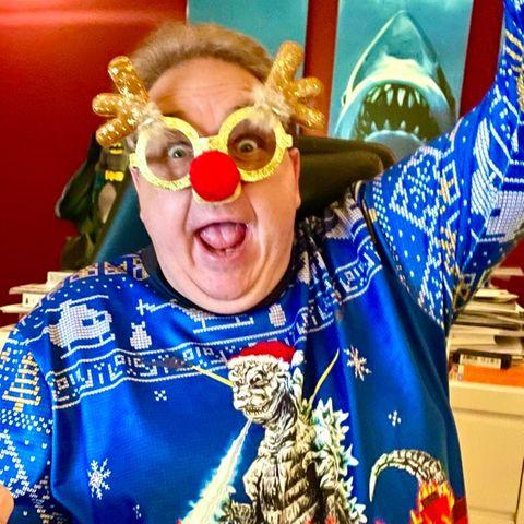"""""""Ho-Ho-Hodzilla!!!""""Comedian Oliver Kalkofe ist immer für einen Lacher gut, so auch beim Thema Weihnachtsfashion! Auf Facebook fragt der """"SchleFaZ""""-Star seine Fans, ob das wohl der beste Weihnachtspulli überhaupt sei. Könnte sehr gut sein."""