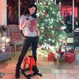 Bereits am 23. Dezember bringt sich Schauspielerin Mariella Ahrens mit einem guten Glas Rotwein und reichlich Weihnachtsdekorationin Stimmung.