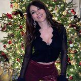 Wow, was für ein Anblick. Elizabeth Hurley weiß, wie sie das etwas sehr ruhige Weihnachten dieses Jahr aufpeppen kann. An den Feiertagen schmeißt sie sich in ihre besten Glamour-Looks, wie beispielsweise diese Vintage-Gucci-Bluse aus den 90er-Jahren. Eine schöne Idee, von der nicht nur sie profitiert, sondern auch ihre Fans auf Instagram.