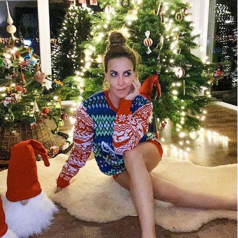 Das beste Weihnachts-Outfit ist und bleibt der kuschelige X-Mas-Pullover. Das weiß auch Charlotte Würdig und reminisziert im klassischen Norweger-Pulli, ob sie denn auch brav genug gewesen sei. In diesem zauberhaften X-Mas-Look wirkt sie jedenfalls wie ein Weihnachtsengel.