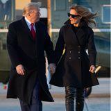 Strebt Melania Trump eine neue Karriere an? Das könnte man bei ihrer neusten Outfitwahl fast meinen. Im modernen Geheimagenten-Look mit hohen Overknee-Stiefeln verabschiedet sich die First Lady in ihren Weihnachtsurlaub. Mit ihrem Mann Donald Trump verbringt sie die Feiertageim eigenenGolfresort Mar-a-Lago. Vor ihrer Ankunft in Palm Beach gibt es dann noch einen Kleiderwechsel.