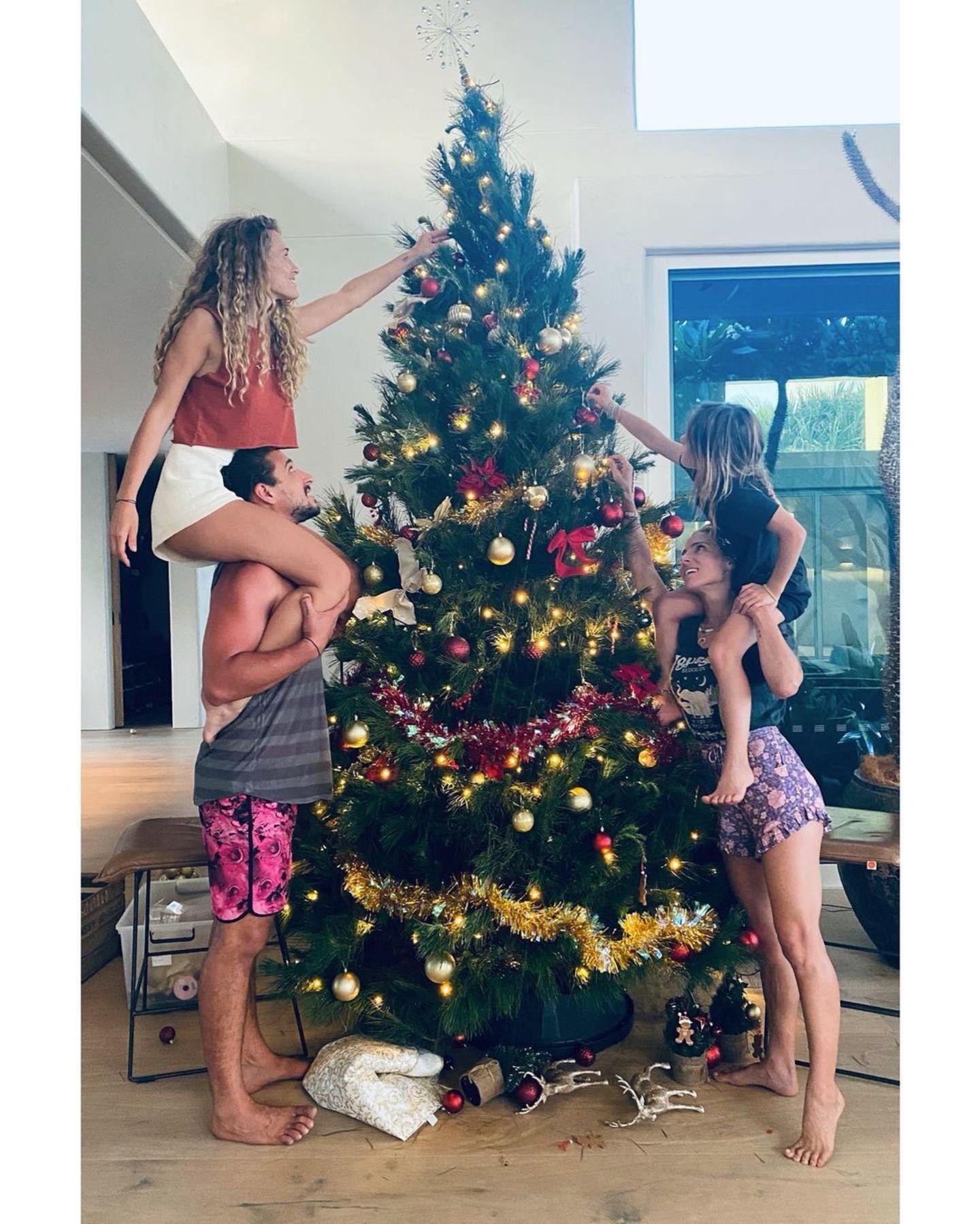 Der Weihnachtsbaum darf natürlich auchbei Familie Hemsworth nicht fehlen. Mit Freunden macht die Schmückarbeit gleich doppelt so viel Spaß.