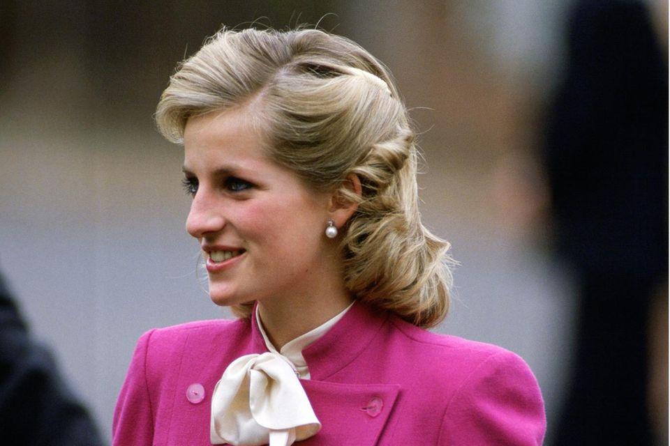 Viele kennen die Prinzessin von Wales nur mit kurzem Haar – es sollte zu ihrem Signature Look werden. Umso spannender zu sehen: Diana gab es für kurze Zeit auch mit längerem Haar zu bewundern.