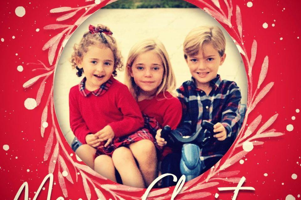 24. Dezember 2020  Weihnachtsgrüße aus Schweden! Auf Instagram postet Prinzessin Madeleine eine Weihnachtskarte, die ihre Kinder Prinzessin Adrienne, Prinzessin Leonore und Prinz Nicolas zeigt. Das royale Trio trägt farblich aufeinander abgestimmte Outfits.