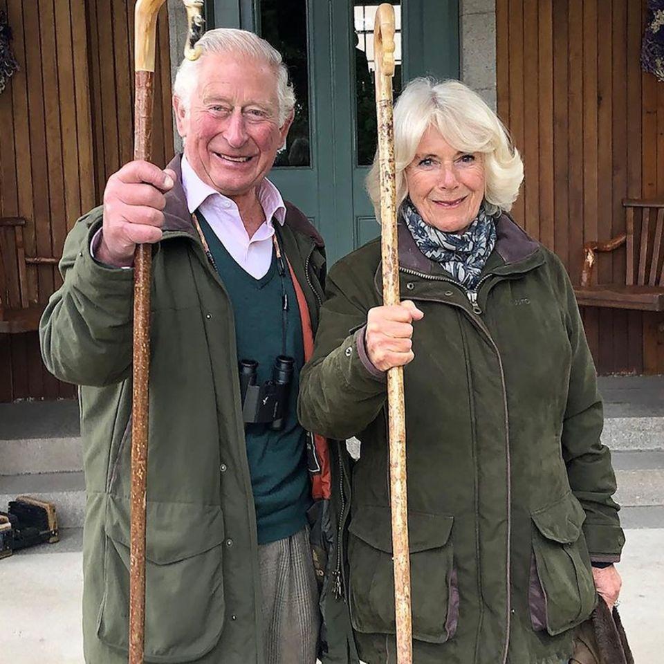 25. Dezember 2020  Hoch die Wanderstäbe! Mit diesem Foto senden Prinz Charles und Herzogin Camillla Weihnachtsgrüße und wünschen einen guten Rutsch ins neue Jahr.