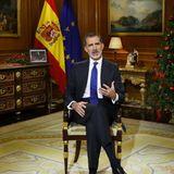 24. Dezember 2020  König Felipe von Spanien hält im Fernsehen seine traditionelle Weihnachtsansprache im Zarzuela Palast. Die Rede wurde vorab aufgezeichnet. Und natürlich dürfenauch sein Wechsel-Bilderrahmen und die Krippenfiguren nicht fehlen, die seit ein paar Jahren immer an unterschiedlichen Positionen platziert sind.