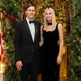 Zu Weihnachten haben sich Jared Kushner und Ivanka Trump festlich in Schale geworfen. Kushner setzt klassisch auf Smoking mit Fliege. Ivanka Trump trägt ebenfalls wie ihr Gatte Schwarz. Das bodenlange Kleid gewinnt durch den hohen Beinschlitz und Halsband an Raffinesse. Die mit einer Diamantschnalle besetzen Pumps funkeln mit der Weihnachtsbeleuchtungum die Wette.