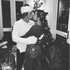 Leider zeigen sie uns nur ein Schwarz-Weiß-Foto, doch die romantische Weihnachtsstimmung bei Justin und Hailey Bieber kommt auch auf diesem Foto rüber.