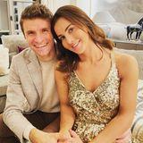 """Thomas Müller und Lisa Müller posten ein fröhliches Pärchenselfie zu Weihnachten. Auf Instagram schreiben sie: """"Frohe Weihnachten!!! Ich hoffe ihr könnt trotz dieser speziellen Zeit mit euren liebsten Zeit verbringen!"""""""