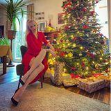 """Lady in Red: Franziska Knuppe und ihr Christbaum strahlen in einem weihnachtlichen Rot. Das Model schreibt zu diesem schönen Weihnachtsfoto: """"Ich wünsche euch allen einen wundervollen Heiligen Abend und ein gesegnetes Weihnachtsfest ... fühlt euch umarmt. Eure Franzi"""""""