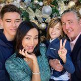 """Weihnachtsgrüße sendet auch Familie Pooth. Zu dem Familienbild mit den Söhnen San Diego und Rocco und Mann Franjo schreibt Verona: """"Wir wünschen Euch wunderschöne Weihnachten, lasst uns gemeinsam hoffen, dass wir 2021 Corona in den Griff bekommen. Wir sind sehr dankbar für die Liebe, die wir in unserer Familie haben. Eure Pooth's. Franjo, Verona, San Diego und Roccolito"""""""