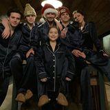 Gemütlich wird es zu Weihnachten bei Familie Beckham. In dunkelblauen Pyjamas senden Brooklyn, Cruz, David, Romeo, Victoria und Nesthäkchen Harper herzliche Weihnachtsgrüße.
