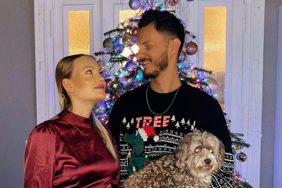 Cheyenne Ochsenknecht und ihr Freund posieren an Heiligabend 2020.