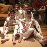 Zu Weihnachten teilt Céline Dion einen seltenen Schnappschuss mit ihren drei Kindern. Die Sängerin und ihre Söhne René-Charles, Nelson und Eddy posieren in identischen Schlafanzügen vor dem Tannenbaum.