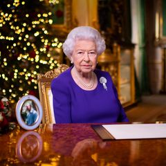 Das offizielle Porträt von Queen Elizabeth anlässlich iher Weihnachtsansprache 2020. Es zeigt sie im Green Drawing Room auf Schloss Windsor.