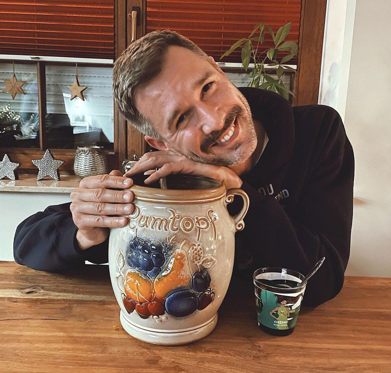 """Keine Speise, dennoch ein Rezept mit Tradition: """"Meine SchwieMu fängt im Mai (!) an, ihren Rumtopf anzusetzen. Die Früchte werden saisonal zugefügt, und am ersten Advent ist Anstich. Angeblich gibts nur sonntags je ein Glas. Komisch, dass er schon leer ist. So, ich probiere jetzt mal. Tschüssi, bis morgen!"""", kommentiert Jochen Schropp auf Instagram."""