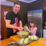 Für ein großes Familienessen braucht man auch jede Menge Klöße. Lucas Cordalis und Tochter formen daher fleißig die beliebte Weihnachtsbeilage ...